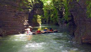 Menikmati Keindahan Sungai Santirah dengan River Tubing