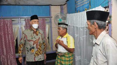 Menyerahkan Bantuan Gubernur Sumbar Buya Mahyeldi ke rumah Ibuk Asma di Nagari Magek